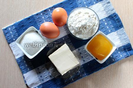 Для приготовления медового пирога нам понадобятся следующие ингредиенты: яйца куриные, мёд натуральный, сахар, корица, сода, мука, сливочное масло и молоко.