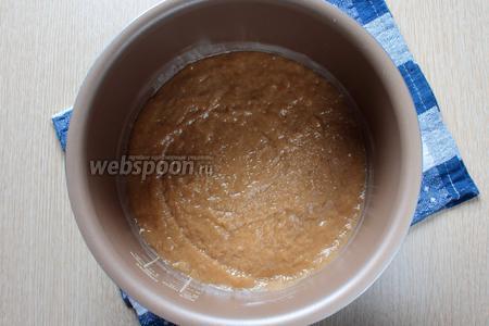 Переложите тесто в смазанную сливочным маслом чашу мультиварки и разравняйте.