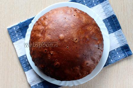Достаньте пирог при помощи поддона для варки на пару и переложите его на тарелку.