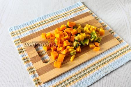 Часть мякоти и очищенный от семян и перегородок сладкий перец нарежьте кубиками.