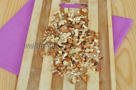 Орехи порезать на кусочки. Орешки должны ощущаться в готовом изделии.