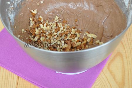 Добавить в тесто шоколадную смесь и грецкие орехи.