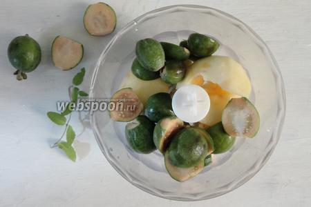 Фрукты помыть. Затем очищаем яблоко от шкурки, разрезаем на дольки, фейхоа тоже режим пополам, срезаем хвостики. Складываем в чашу блендера.