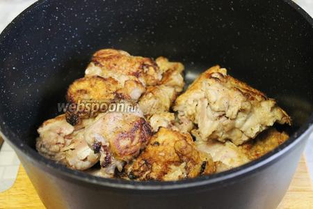 Обжаренные куски кролика складывать в глубокую сковороду или казан.