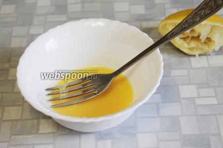 Желток смешать с соком из половинки лимона.