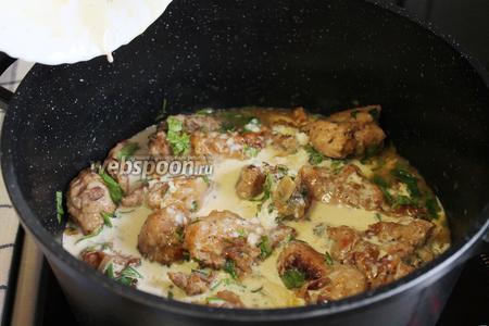 В остывающее мясо влить приготовленный соус и хорошо перемешать.
