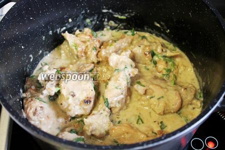 Вот и всё, вкуснейшее фрикассе из кролика готово! Идеально подавать с гарниром из картофеля или любым другим (у меня на гарнир был фаршированный лисичками картофель), зеленью петрушки и свежими овощами. Соус получается просто изумительного вкуса, если вам он покажется слегка кисловатым (как мне), добавить немножко сахара.