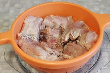 На следующий день мясо откинуть на дуршлаг (не промывать), чтобы стёк весь маринад.