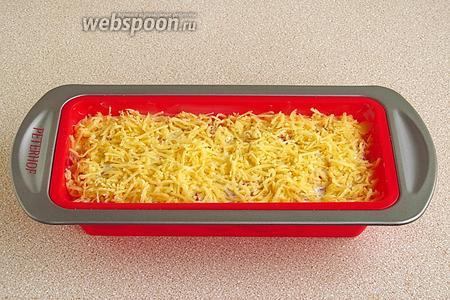 Блюдо посыпать сыром и сбрызнуть растопленным маргарином.