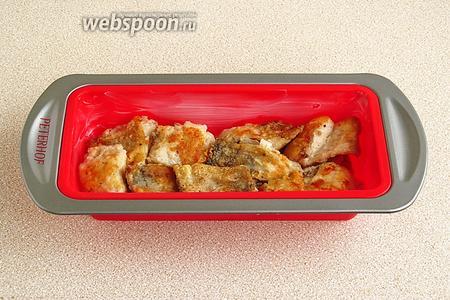 В ёмкость для запекания, смазанную маргарином, положить кусочки рыбы.