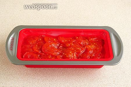 На рыбе разложить обжаренные помидоры.
