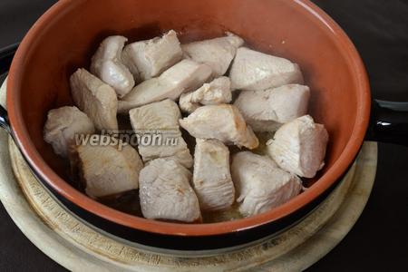 Индейку нарезать равномерно небольшими кусочками. В глубокой сковороде разогреть сливочное масло с 2 ст. л. оливкового. На сильном огне подрумянить кусочки индейки со всех сторон.