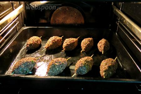 Запечь в разогретой до 250°С духовке 20 минут, первые 5 минут — режим конвекции — образуется корочка, потом обычный режим нагрева.
