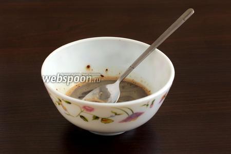Растворимый кофе залить тёплой кипячёной водой и размешать. Это будет пропитка для десерта. Можно, по желанию, заменить кофе любым соком. Но мне очень нравится кофейный привкус в десертах. С шоколадом он сочетается замечательно.