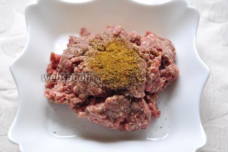 Положим в фарш соль, перец и специи для мяса.