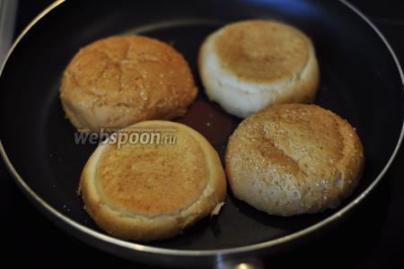 Пока жарятся котлеты, на сухой сковороде подогреем до хрустящей корочки булочки.