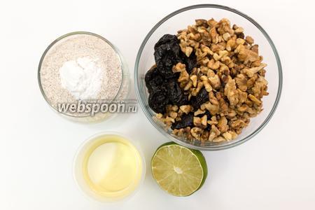 Для приготовления нам понадобятся мука ржаная, разрыхлитель, соль, подсолнечное масло, кипяток, орехи грецкие, чернослив, вяленая вишня, изюм светлый и тёмный, лайм, корица.