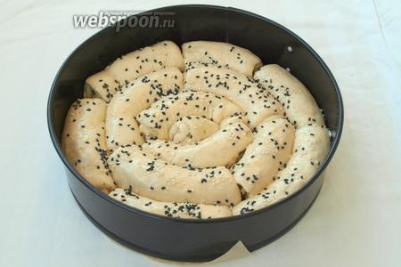 Посыпать хлеб кунжутом. Я смешала белый и чёрный.