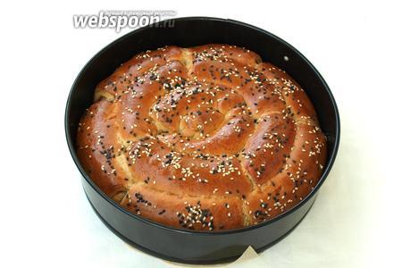 Разогреть духовку до 200°С и печь хлеб 30 минут. Хлеб вынуть из формы и остудить на решётке. Затем можно ломать его руками и наслаждаться вкусом. Приятного аппетита!