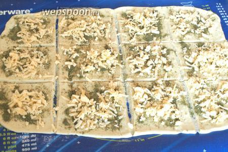 Затем натереть твёрдый сыр и посыпать им сверху трав.