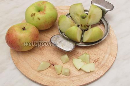 Яблоки очистить и разрезать на произвольные не очень крупные кусочки.
