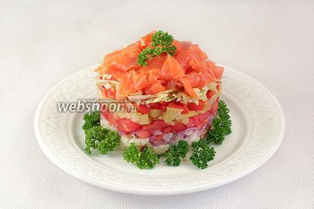 Затем слои перца, салата и рыбы. Рыбку уложить лентами, но можно её и порезать кубиками. Украсить салат петрушкой. Полить оставшейся заправкой и можно подавать на стол.