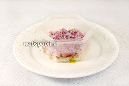 Собираем салат. Форму установить на тарелку. На дно выложить хлеб, утрамбовать, полить заправкой. Поверх хлеба выложить лук, отжав его от лимонного сока.