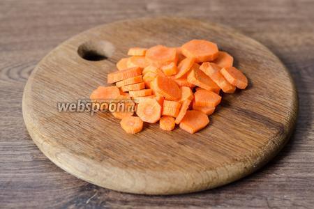 Нарезаем колечками морковь.