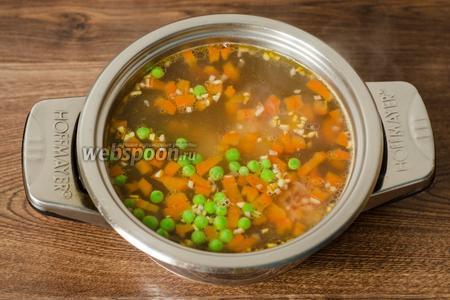 Когда овощи стали мягкими, солим суп по вкусу. Добавляем подготовленный горошек и опускаем фрикадельки.
