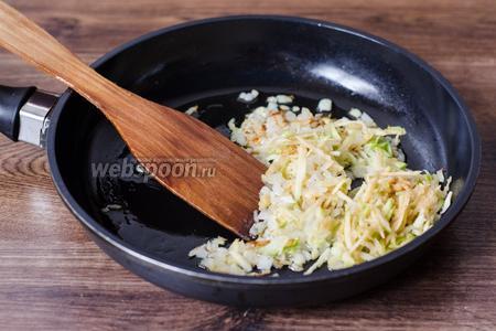 В сковороде разогреваем небольшое количество подсолнечного масла, обжариваем в нём лук до золотистого цвета и добавляем яблоко.