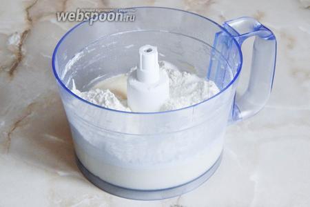 Высыпаем остальную просеянную муку, смешанную с содой. Естественно, количество муки может отличаться от заявленного — это зависит прежде всего от её влажности. Замес теста происходит буквально полминуты.