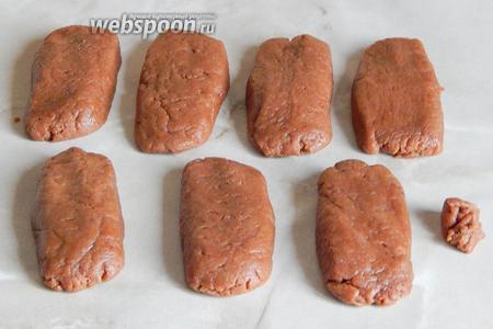 Время прошло, тесто стало гораздо более твёрдым — с ним можно отлично работать. Делим шоколадное тесто на равные кусочки — у меня получилось 7 штук (примерно по 60 граммов каждый). Можно сделать поменьше. Формуем вот такие прямоугольные заготовки — это тело мумий. Оставляем маленький кусочек для глазок.