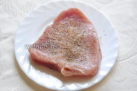 Натрём филе индейки солью с перцем и обжарим её в оливковом масле на сковороде. Это непринципиальный шаг — индейку можно запечь, а можно отварить!