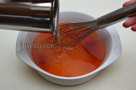 Включить духовку на режим «верх-низ» при температуре 200°С. Подготовить соус: для этого растворить томатную пасту в горячей воде.