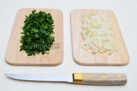 Мелко нарезать лук и порубить петрушку.