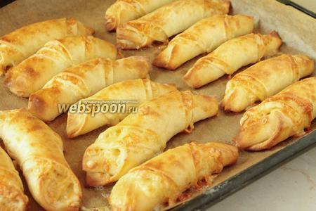 Выпекаем сырные булочки при температуре 180°С до красивого румянца. Подавать горячими !