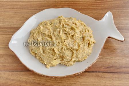 Готовую икру нужно подавать в охлаждённом виде как намазку для тостов, канапе, бутербродов. При подаче посыпать молотым перцем, украсить каперсами.