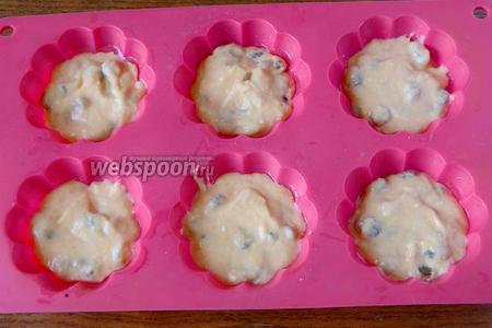 Форму для маффинов смазываем подсолнечным маслом. Выкладываем тесто на 1/3 части формы. В процессе выпекания тесто хорошо поднимется.
