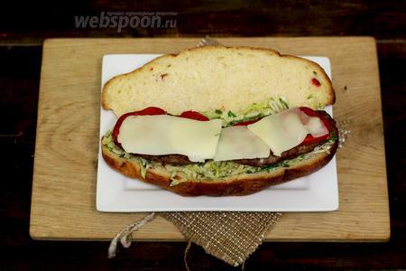Нарезаем тонкими пластинками сыр и укрываем помидоры. Закрываем другой половинкой и отправляем в горячую духовку на 180-200ºC на 5-7 минут, или же в микроволновку на 2 минуты.