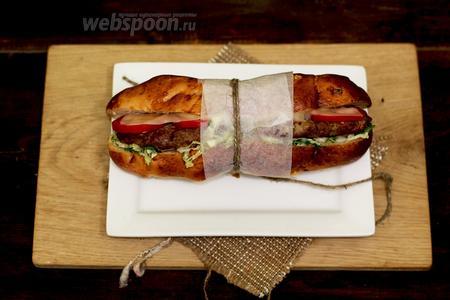 Сэндвич с котлетами готов. Угощайтесь! Приятного аппетита!
