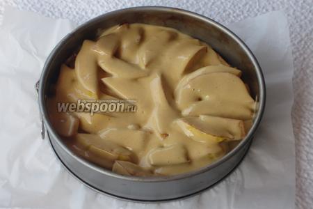 Вылить тесто в форму и выпекать в разогретой до 200°С духовке 35 минут.
