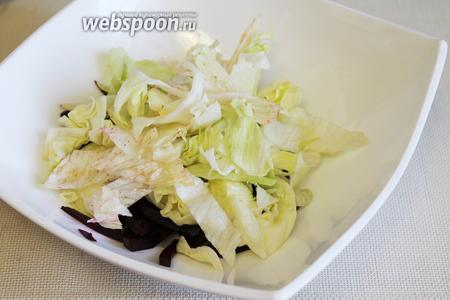 В салатник уложить свёклу и нарезанный салат.