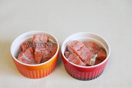 Порционные формочки смазать маслом и выложить в них рыбу.