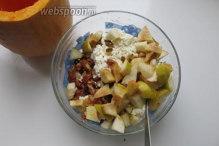 К творогу добавляем фрукты, порезанные кусочками, айву режем на более мелкие кубики, она запекается медленнее; 1 яблоко, 1 крупная груша (или 3 мелких), айва 1/4 часть.