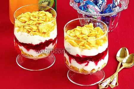 Десерт из сливок с кукурузными хлопьями и брусничным вареньем