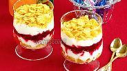Фото рецепта Десерт из сливок с кукурузными хлопьями и брусничным вареньем