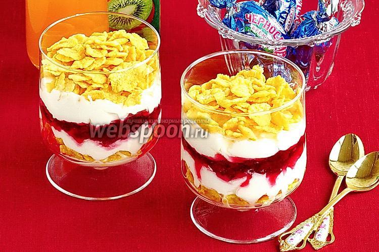 Фото Десерт из сливок с кукурузными хлопьями и брусничным вареньем