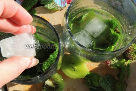 Кидаем по 3-4 кубика льда или дроблённый лёд в стаканы.