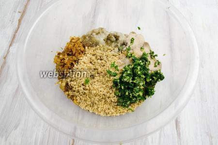 В глубокой миске сложить подготовленные ингредиенты: баклажан 300 г, лук, муку 40 г, орехи 40 г, зелень с чесноком.