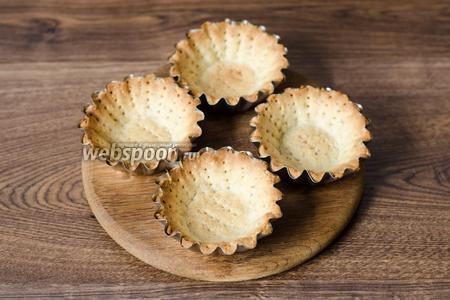 Формочки для корзиночек смазываем сливочным маслом, распределяем в них тесто, накалываем вилкой и выпекаем при температуре 200°С около 10 минут.